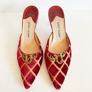 MANOLO BLAHNIK red velvet pointed toe kitten heals